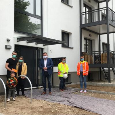 Hanaus Oberbürgermeister begrüßt die ersten Bewohner im Triangle Housing